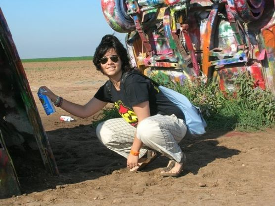 Clara pitta al Cadillac Ranch in Texas